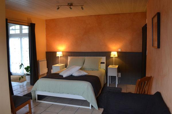La chambre avec literie confortable (matelas à mémoire de forme)