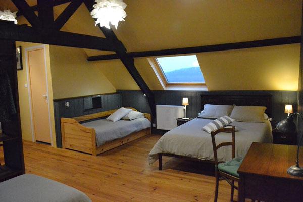 Suite familiale Le Grenier dispose d'un lit double, de 4 lits simples et 1 lit d'appoint