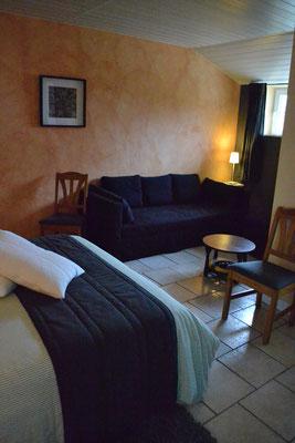 Le divan de la chambre est aussi un lit simple pour le couchage de 3 personnes