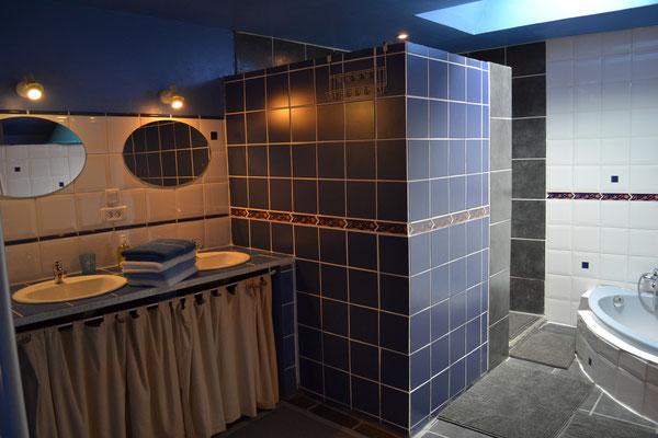 Salle de bain avec douche, baignoire et deux vasques