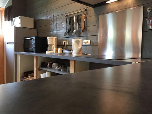 Cuisine équipée : plaque cuisson induction, four, réfrigérateur/conservateur, four micro-onde, bouilloire, cafetière, grille-pains