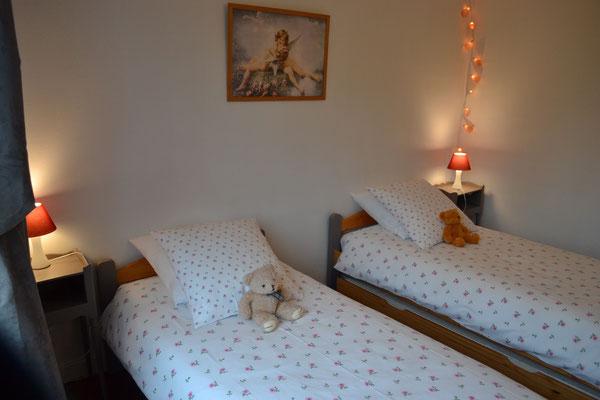 """Deux lits simples dans la chambre """"enfants"""" (1 lit tiroir peut être ajouté)"""