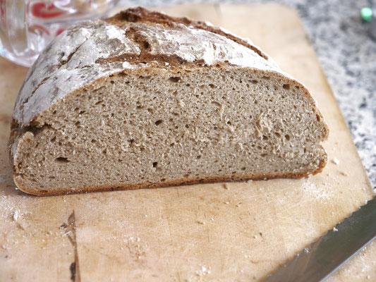 Selbstgemachtes Brot, gerade noch rechtzeitig fotografiert.