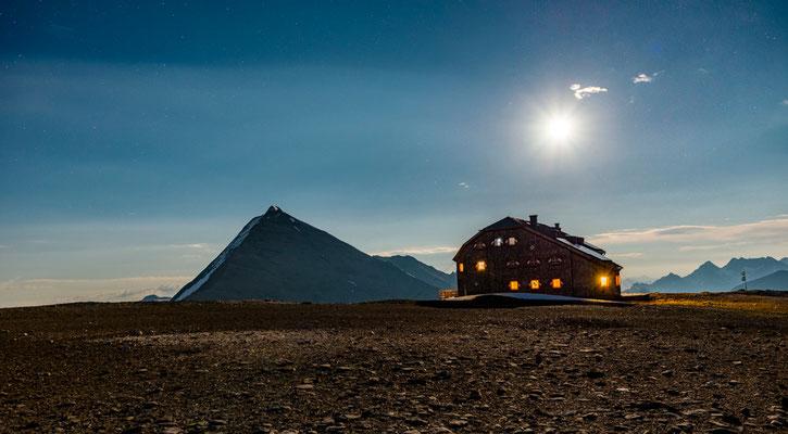 Oberwalderhütte im Mondlicht
