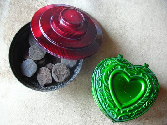 """In Form gepresster """"Bakhoor"""" aus dem Oman, in typischen Plastikdosen verpackt..."""
