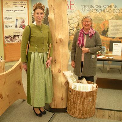 Bayerische Waldprinzessin Manja und Hannelore Meßmer am Stand von Möbel Meßmer auf der Messe