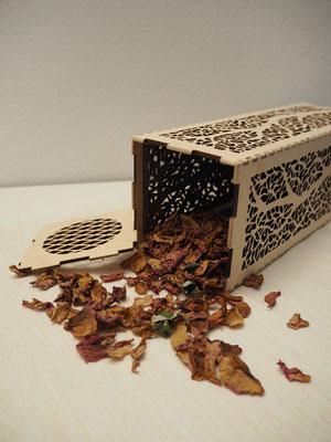 Duftsäule aus Holz gefüllt mit Rosenblättern