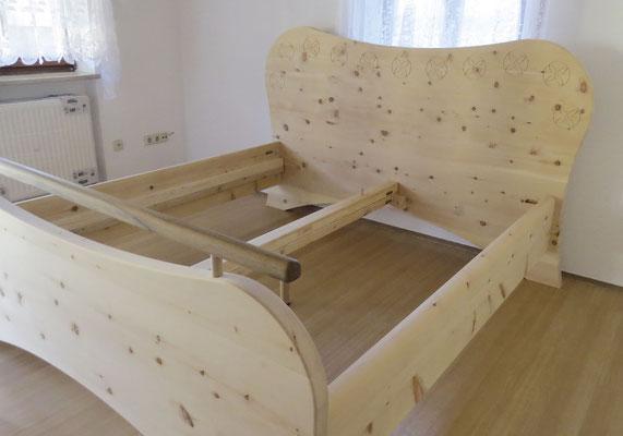 """Bett """"Sommerblüte"""" aus Zirbenholz, Kopfteil mit eingefrästen stilisierten Blüten"""