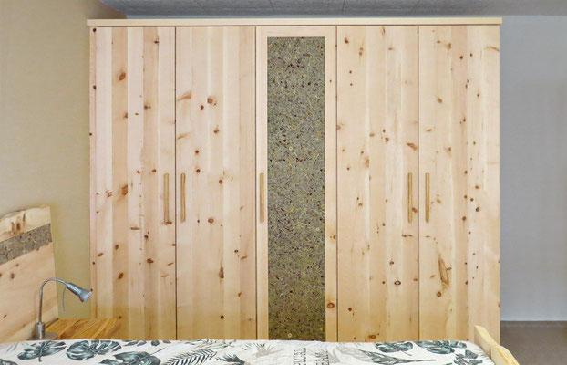 Zirbenschrank mit 5 Türen und Kranzleiste, mittlere Tür mit Almkräuter-Beschichtung
