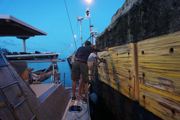 Verewigung an einer Wand im Panamakanal