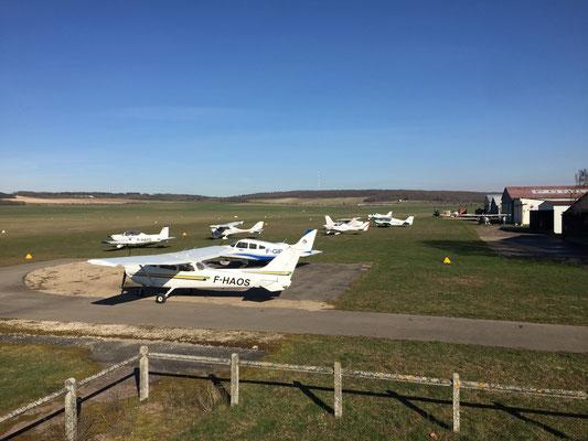 Aeroclub de Sens - Vue Est - Parking