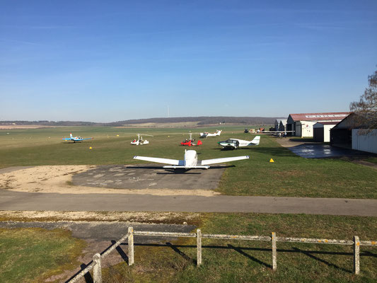 Aeroclub de Sens - Vue Est - Parking et hangars
