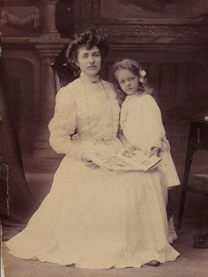 Julie and her mother before leaving for Holland (1908)
