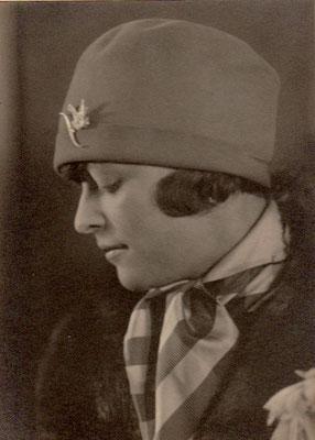 Julie in 1927 en profil