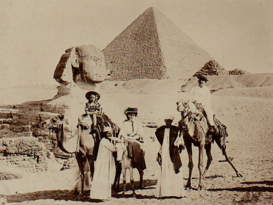 Family Van der Veen at the pyramid of Cheops on the return trip to the Netherlands (11 May 1909)