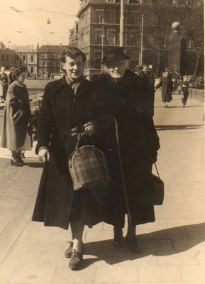 Julie et maman au Vijverberg de La Haye (avril 1955)