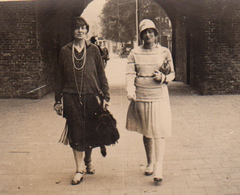 Mama and Julie in The Hague (1924)