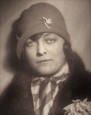 Julie in 1927 en face