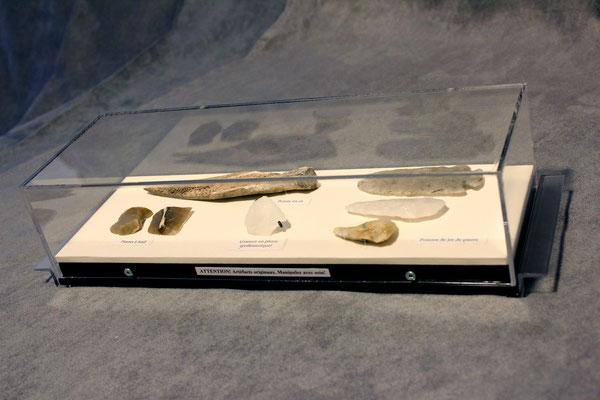 Vitrine.2 : Pointe en os, pierre à fusil, grattoir et pointes de jet en pierre