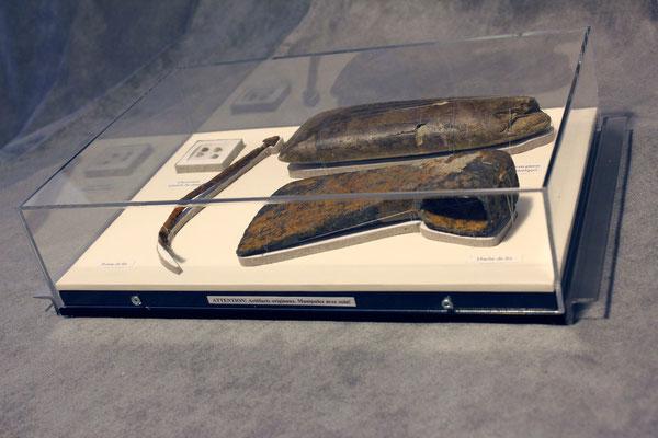 Vitrine.4 : Chevrotines, pointe de fer, hache de fer et hache en pierre