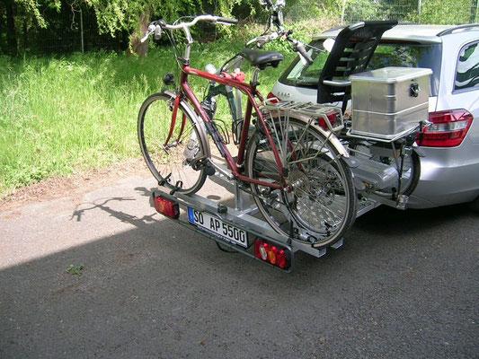 Dreirad Heckanhänger Beladen mit Dreirad und Fahrrad in Braunschweig