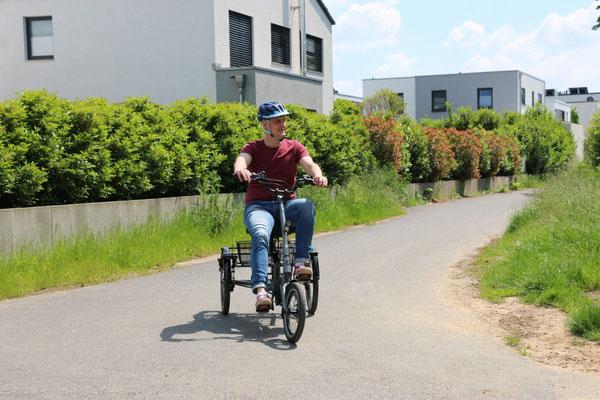Ein Mann fährt auf einem pfautec Scoobo um eine Kurve