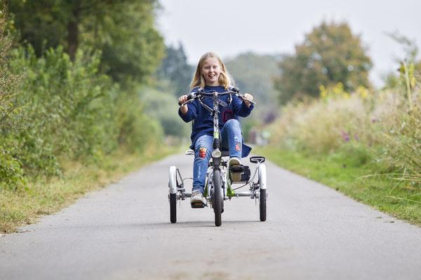 Kinder mit dem Easy Rider Junior Dreirad von Van Raam