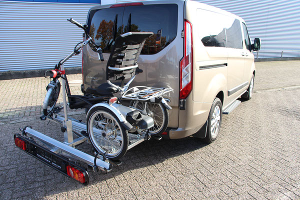 Dreirad Heckanhänger Beladen mit Dreirad und Fahrrad