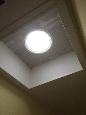 Hier wurde der Spot in eine alten Lichtkuppel eingebaut. Das Flachdach wurde Saniert und hat ein Steildach bekommen.