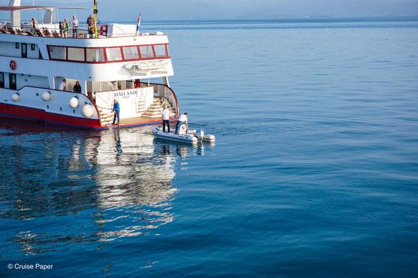 Das Motorboot (kein Rettungsboot!) der MS Maliante funktionierte nicht - es musste gepaddelt werden