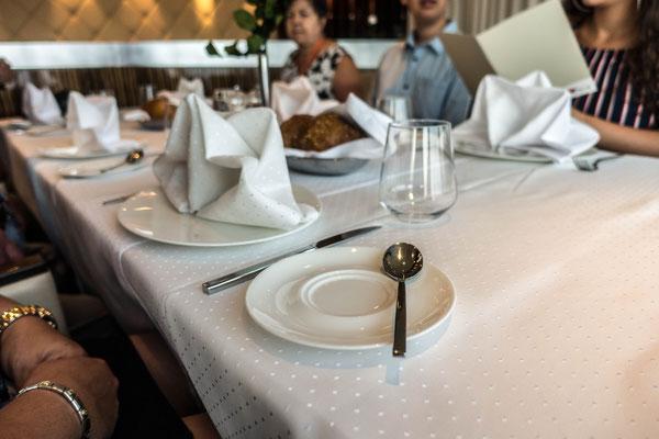 Tisch für acht Personen (zusammengestellt)