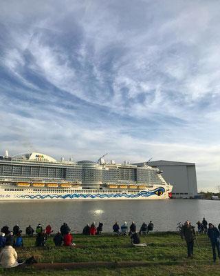 AIDAnova vor der Emsüberführung an der Meyer Werft // © Instagram / aida_cruises