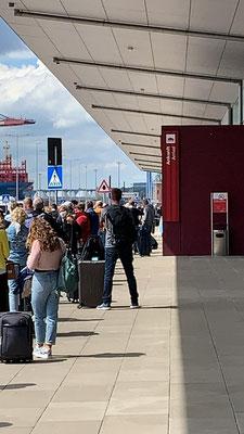 Warten vor dem Terminal