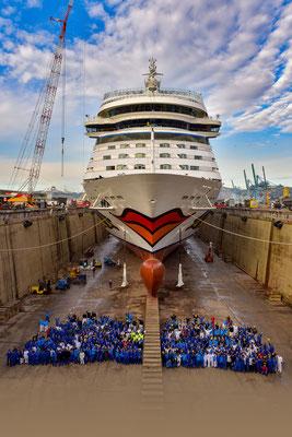 AIDAsol im Baudock mit der gesamten Crew |© AIDA Cruises