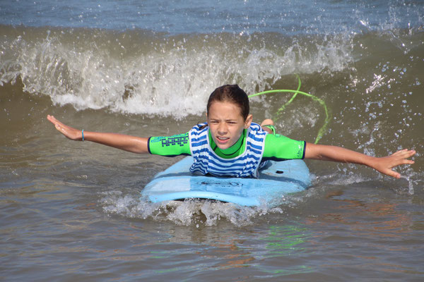 Maîtriser sa planche allongé sur une petite vague