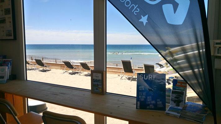 La zone de surf, via l'espace plage et surf café, depuis le hall d'accueil.