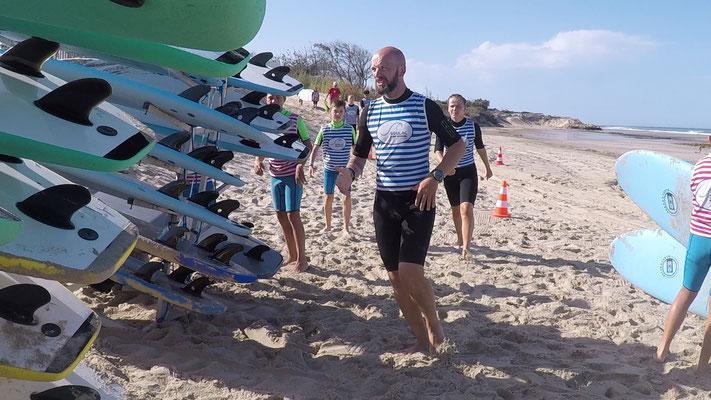 Les planches vous attendent sur la plage, face à la zone de surf