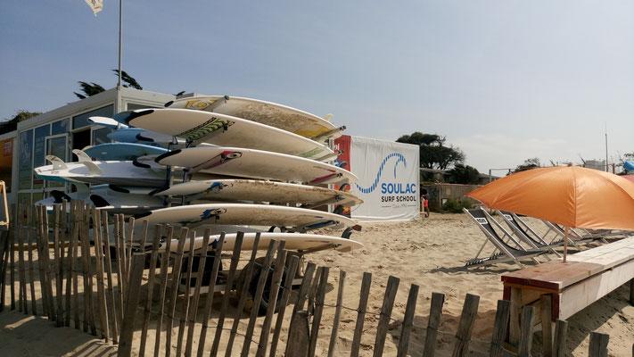 Les planches de location confirmé et l'espace privatif Soulac surf school