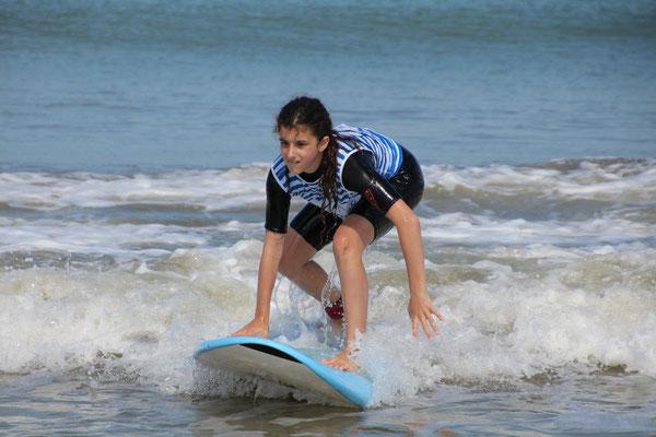 Conserver son équilibre après le redressement dans de petites vagues