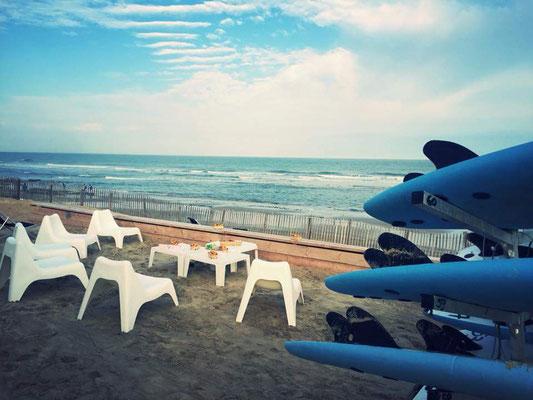 Un petit déjeuner en panorama sur l'océan avant la session du matin