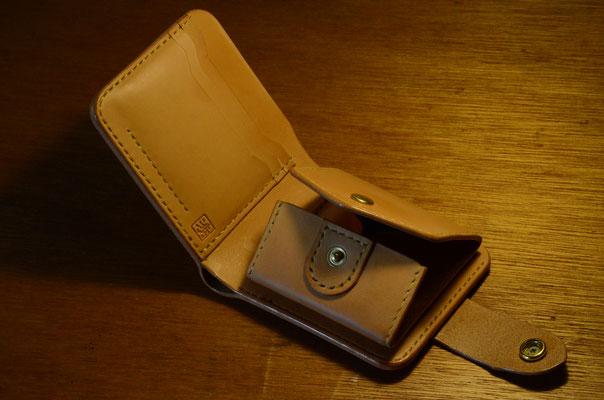 硬貨入れはBOXタイプ(マチ付き)、皮革はHermann Oak Leather 、コンチョはsilver 950材を打出し。