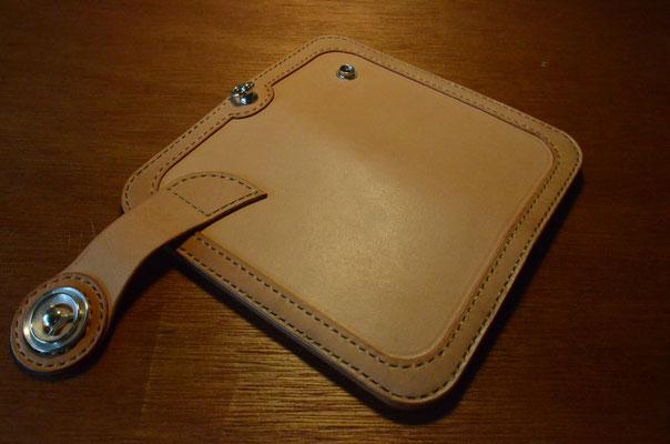 Wallet を一周する補強を入れる事で耐久性を向上。