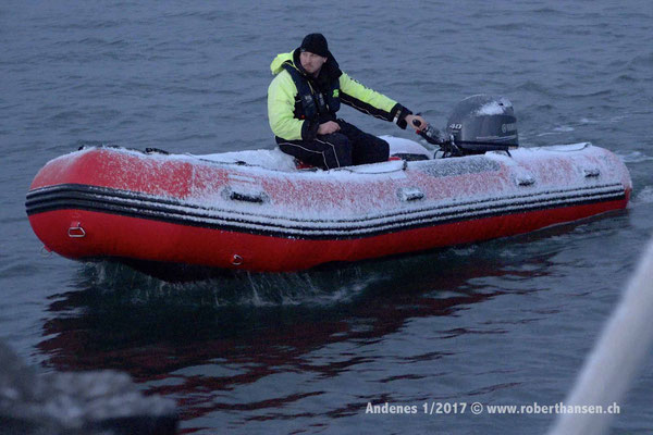 Sven macht das Beiboot klar - 1/2017 © Robert Hansen
