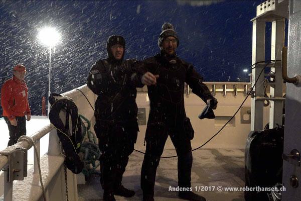 Francesco und Anthony schliessen ihre Trockentauchanzüge - 1/2017 © Robert Hansen