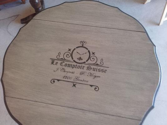 Table ronde à rabats restaurée la Métamorphose du Temps