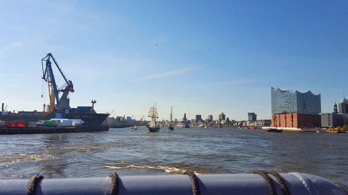 Entspannung: Hafengeburtstag auf dem Wasser bei strahlendem Sonnenschein...die perfekte Pause...