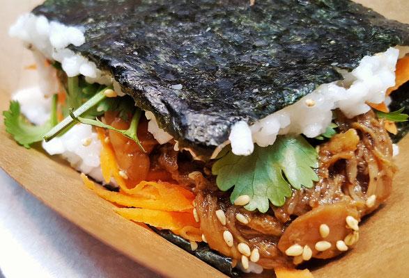 ...unfassbar leckere Kombination aus Teriyaki-Chicken und Sushi-Rolle...