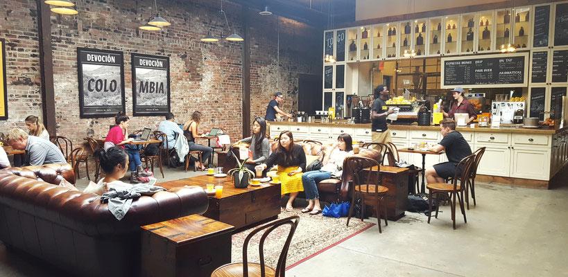 Das Café Devocion in Williamsburg befindet sich direkt hinter der eigenen Rösterei und der große Raum lädt zum Verweilen ein.