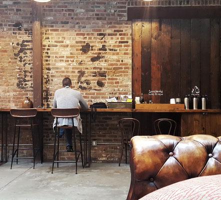 Typische Coffee Shop Szene: Arbeiten an der Backsteinwand.