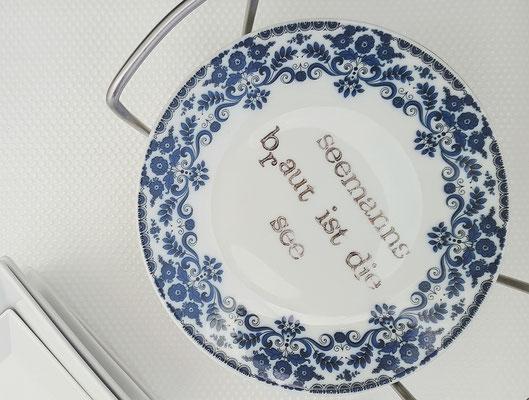 Zufriedenheit: Einen guten Platz für die schönen Teller finden...